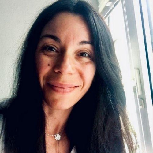 eine yogalehrerin - eine frau mit schwarzem haar